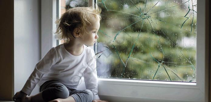 protejeaza-ti copiii cu folie antiefractie
